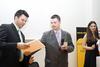Dario Šuveljak (desno) uru?uje Hrvoju Neki?u (lijevo) iz tvrtke Web marketing d.o.o. prvu Zlatnu nagradu Web::Strategije