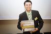 Hrvoje Nekić sa osmjehom na licu drži u oštroj konkurenciji teško osvojenu Zlatnu nagradu Web::Strategije za 2008. godinu